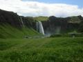 027_Seljalandsfoss v zelené krajině