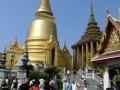 Krásná zlatá chedi s přilehlými budovami v palácovém komplexu